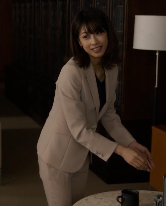 加藤綾子 ドラマでのパンツスタイルのお尻キャプ・エロ画像3