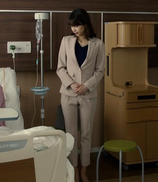 加藤綾子 ドラマでのパンツスタイルのお尻キャプ・エロ画像5