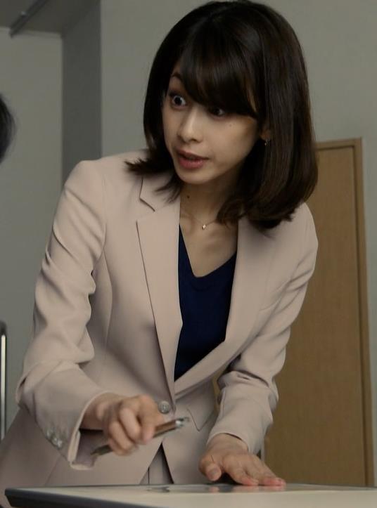 加藤綾子 ドラマでのパンツスタイルのお尻キャプ・エロ画像6