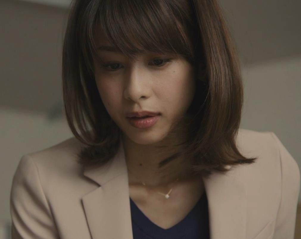 加藤綾子 ドラマでのパンツスタイルのお尻キャプ・エロ画像7