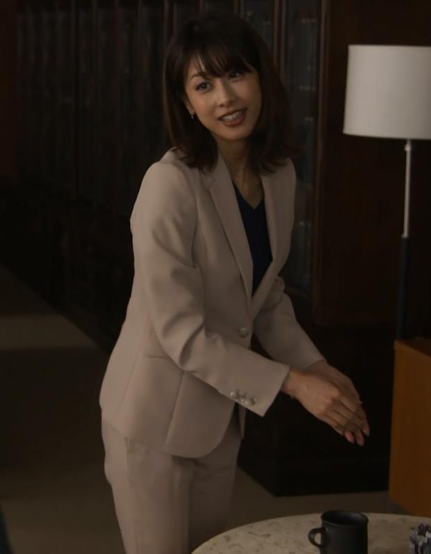 加藤綾子 ドラマでのパンツスタイルのお尻キャプ・エロ画像8