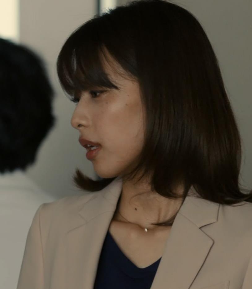 加藤綾子 ドラマでのパンツスタイルのお尻キャプ・エロ画像10