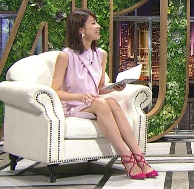 加藤綾子 スカートのスリットから太ももチラキャプ・エロ画像