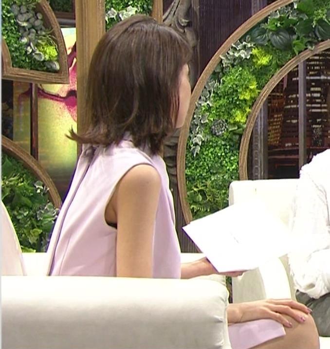 加藤綾子 スカートのスリットから太ももチラキャプ・エロ画像3