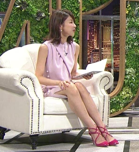 加藤綾子 スカートのスリットから太ももチラキャプ・エロ画像4