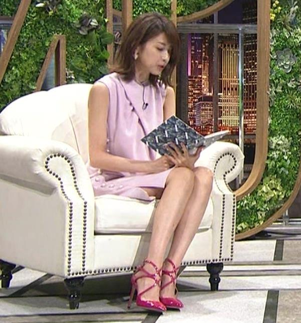 加藤綾子 スカートのスリットから太ももチラキャプ・エロ画像6