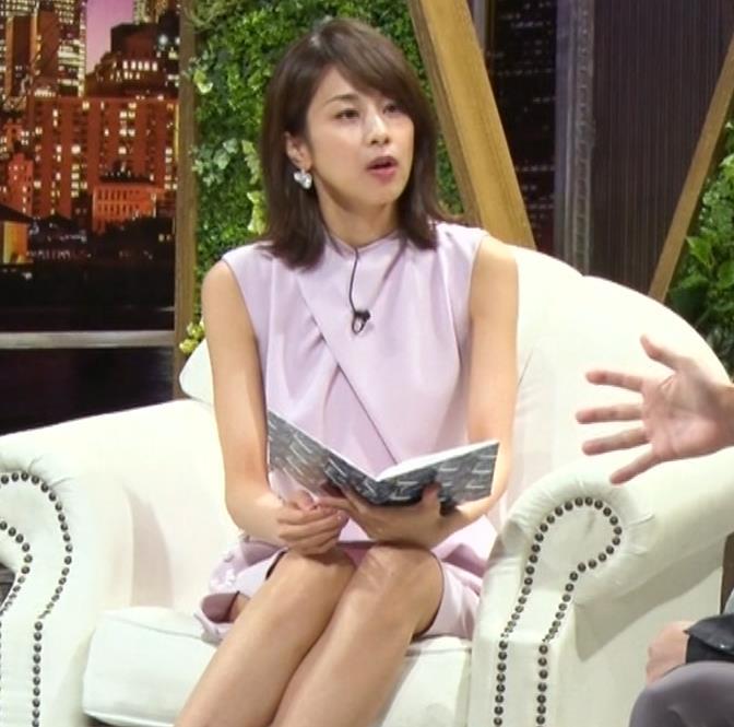 加藤綾子 スカートのスリットから太ももチラキャプ・エロ画像7