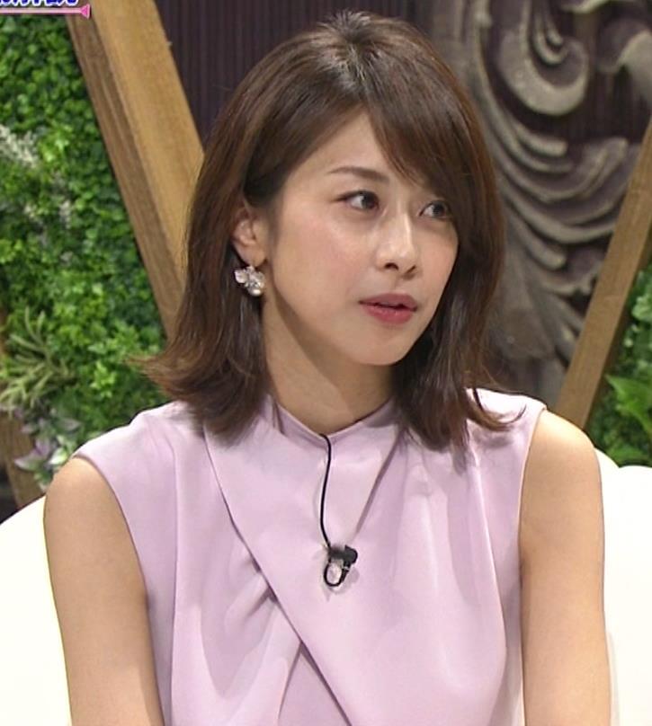 加藤綾子 スカートのスリットから太ももチラキャプ・エロ画像8