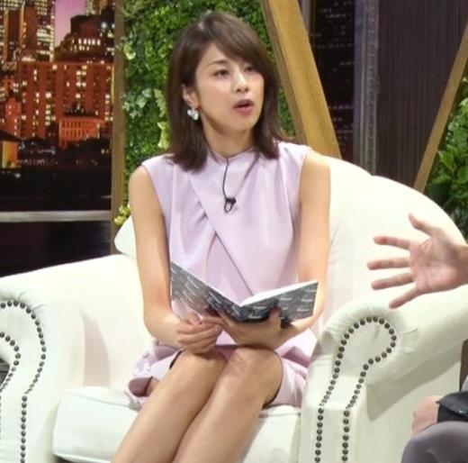 加藤綾子 スカートのスリットから太ももチラキャプ画像(エロ・アイコラ画像)