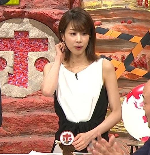 加藤綾子 毎度ワキがエロいノースリーブキャプ・エロ画像3