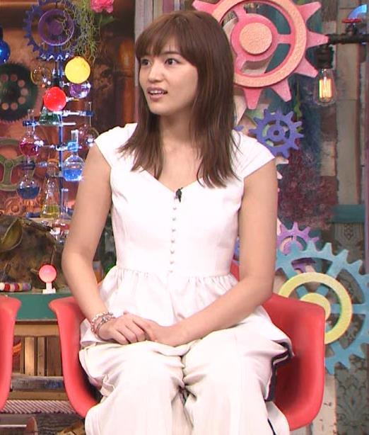 川口春奈 エロい胸元キャプ・エロ画像9