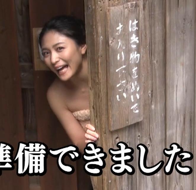 川村ゆきえ 道路から丸見えの温泉に入らされる強制野外露出番組キャプ・エロ画像