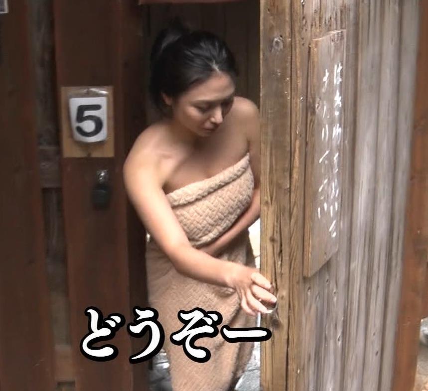 川村ゆきえ 道路から丸見えの温泉に入らされる強制野外露出番組キャプ・エロ画像2