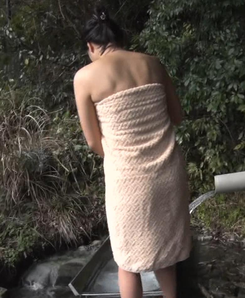 川村ゆきえ 道路から丸見えの温泉に入らされる強制野外露出番組キャプ・エロ画像13