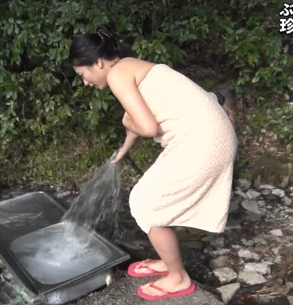 川村ゆきえ 道路から丸見えの温泉に入らされる強制野外露出番組キャプ・エロ画像14