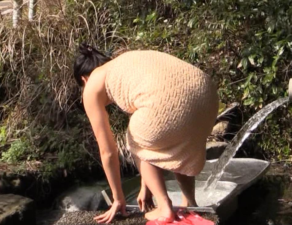 川村ゆきえ 道路から丸見えの温泉に入らされる強制野外露出番組キャプ・エロ画像16