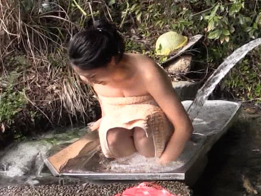 川村ゆきえ 道路から丸見えの温泉に入らされる強制野外露出番組キャプ・エロ画像19