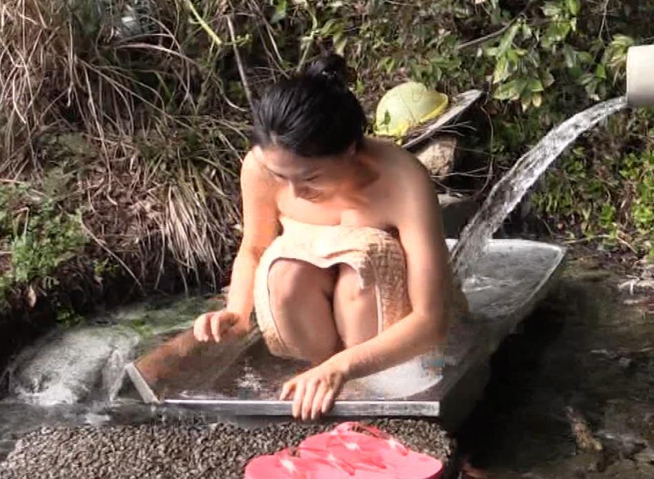 川村ゆきえ 道路から丸見えの温泉に入らされる強制野外露出番組キャプ・エロ画像20