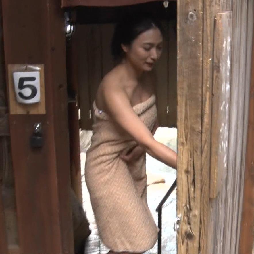 川村ゆきえ 道路から丸見えの温泉に入らされる強制野外露出番組キャプ・エロ画像3