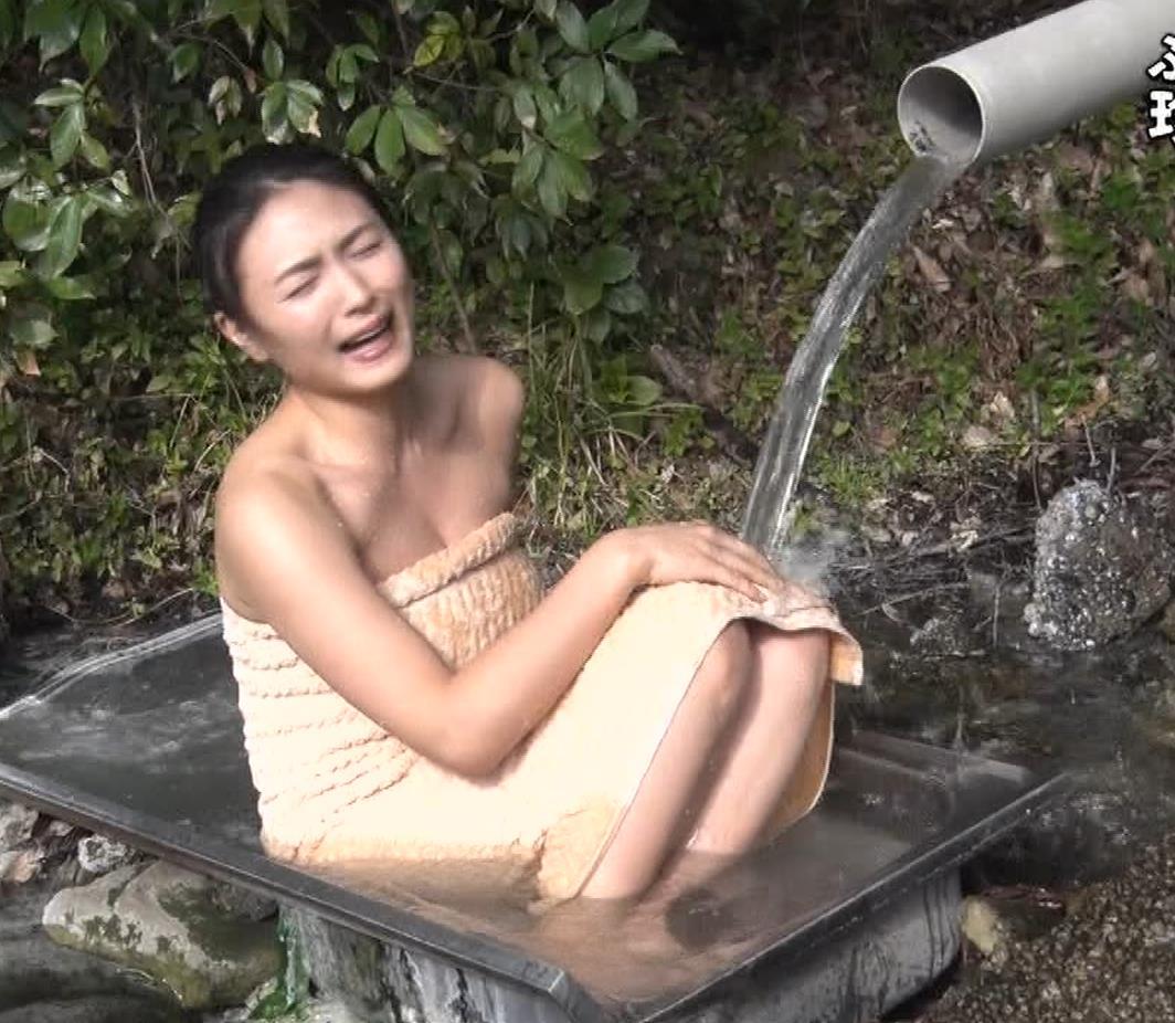 川村ゆきえ 道路から丸見えの温泉に入らされる強制野外露出番組キャプ・エロ画像21
