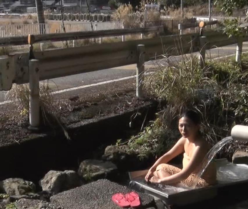 川村ゆきえ 道路から丸見えの温泉に入らされる強制野外露出番組キャプ・エロ画像27
