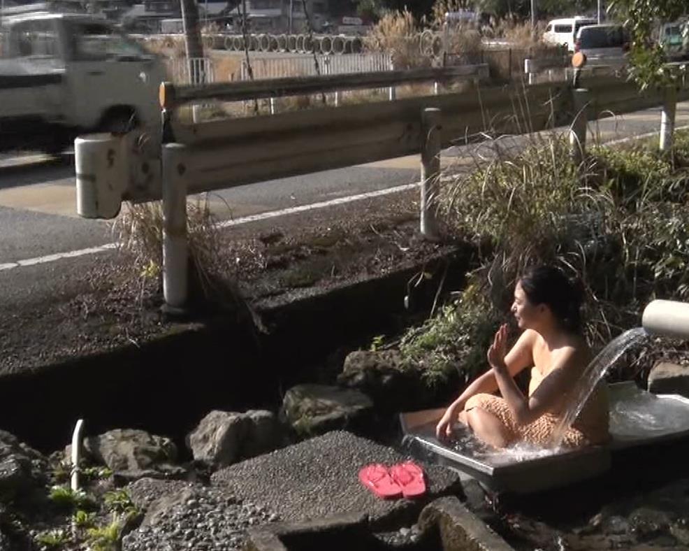 川村ゆきえ 道路から丸見えの温泉に入らされる強制野外露出番組キャプ・エロ画像28
