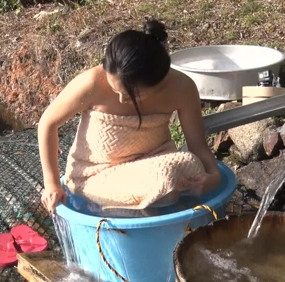 川村ゆきえ 道路から丸見えの温泉に入らされる強制野外露出番組キャプ・エロ画像34