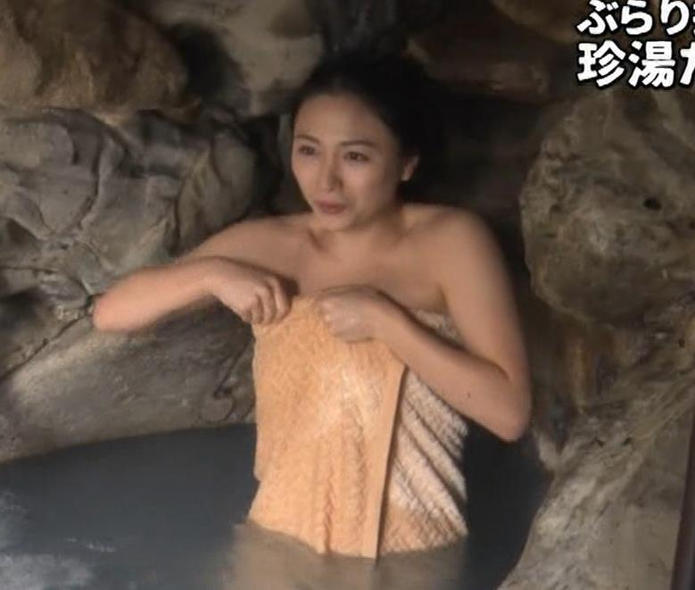 川村ゆきえ 道路から丸見えの温泉に入らされる強制野外露出番組キャプ・エロ画像5