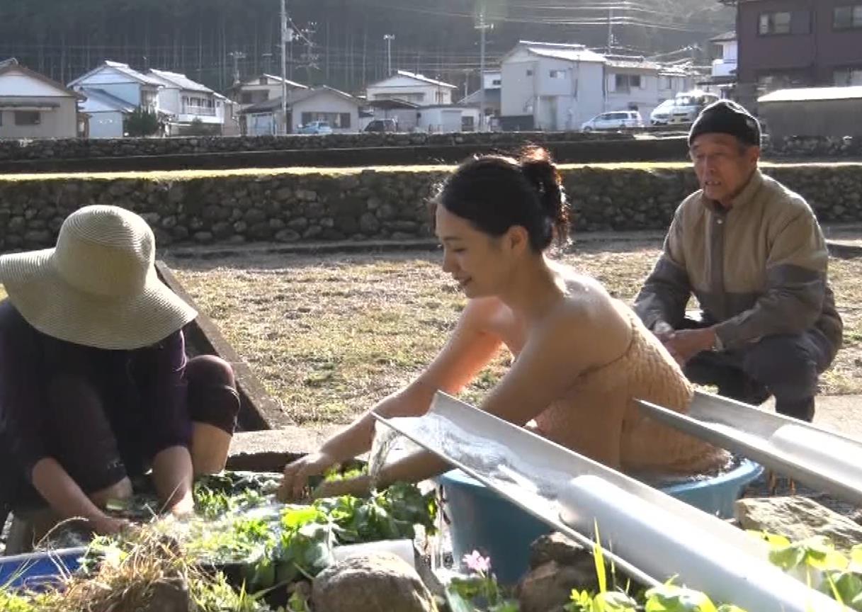 川村ゆきえ 道路から丸見えの温泉に入らされる強制野外露出番組キャプ・エロ画像41