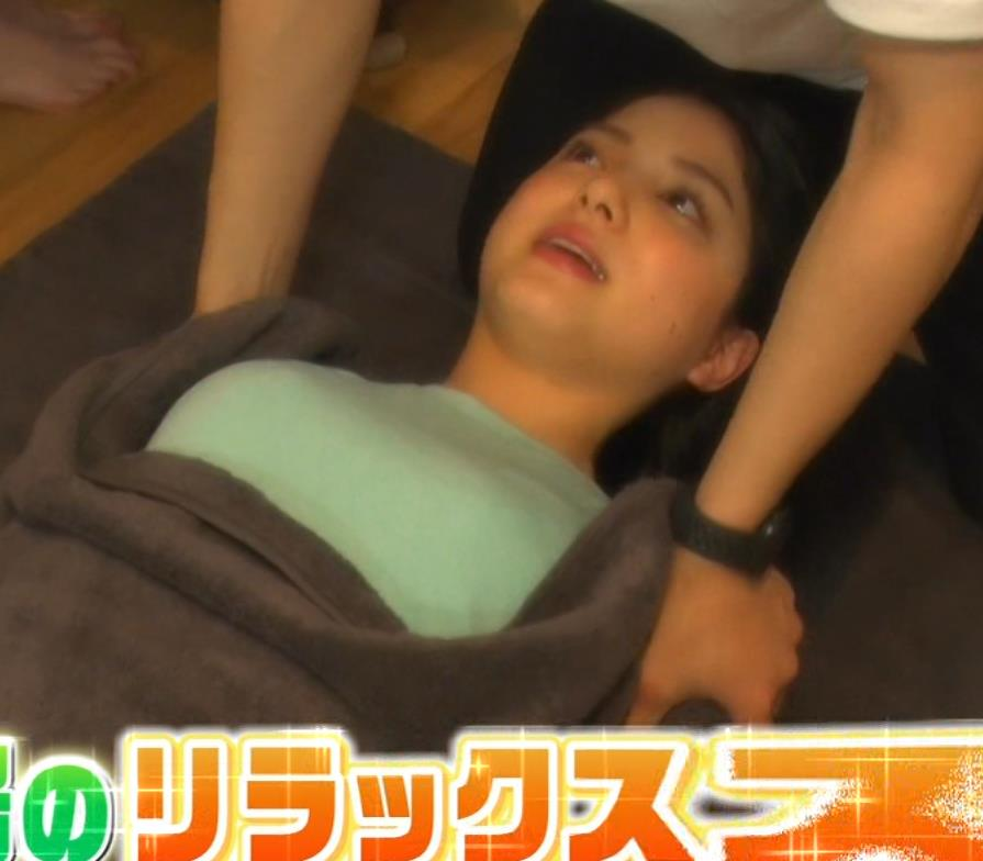 川島海荷 寝転がったTシャツおっぱいエロいキャプ・エロ画像2