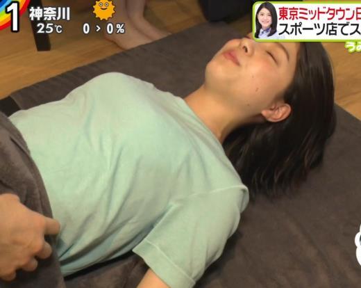 川島海荷 寝転がったTシャツおっぱいエロいキャプ画像(エロ・アイコラ画像)