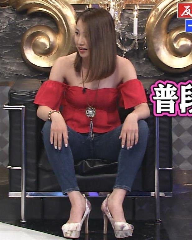 吉川友 変なストレッチでおっぱいがこぼれそうキャプ・エロ画像3