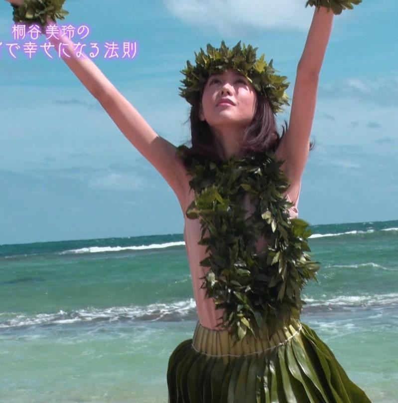 桐谷美玲 ヨガで胸ちらキャプ・エロ画像13