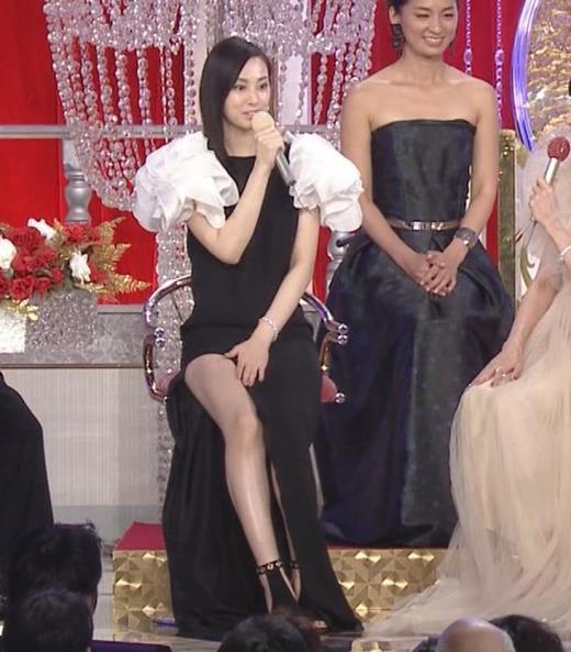 北川景子 パンツが見えそうなドレス(GIF動画あり)キャプ画像(エロ・アイコラ画像)