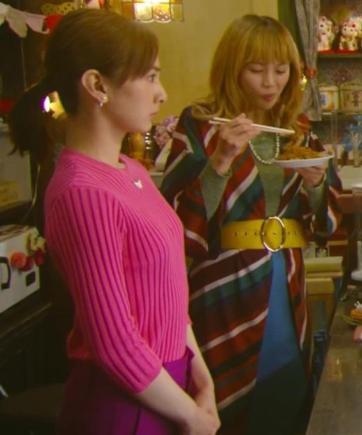 北川景子 微乳だとわかるぴったりニットキャプ画像(エロ・アイコラ画像)