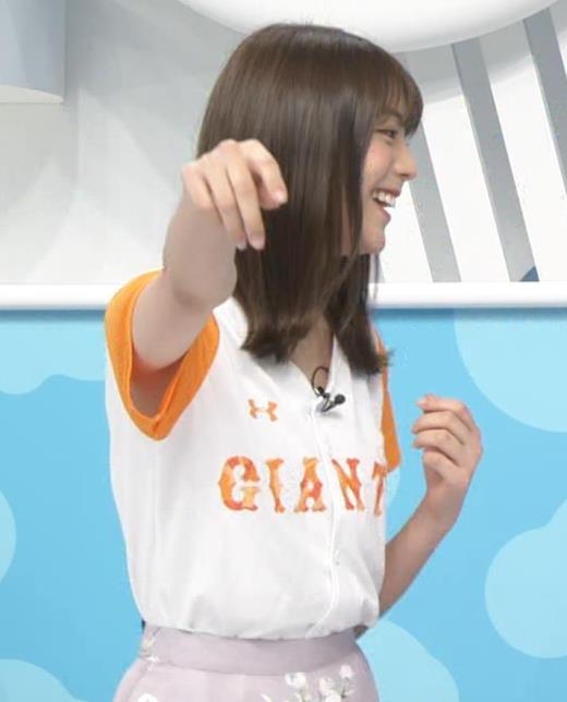 貴島明日香 半袖シャツの袖口からワキチラキャプ画像(エロ・アイコラ画像)