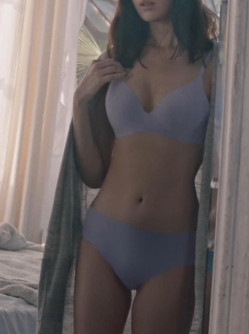 小嶋陽菜 下着CMの股間がエロ過ぎキャプ・エロ画像