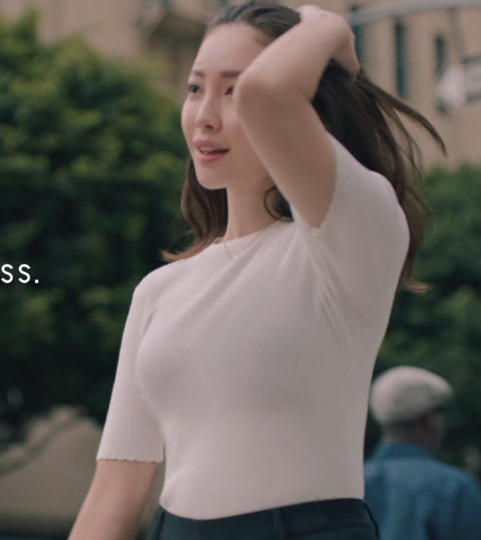 小嶋陽菜 下着CMの股間がエロ過ぎキャプ・エロ画像15