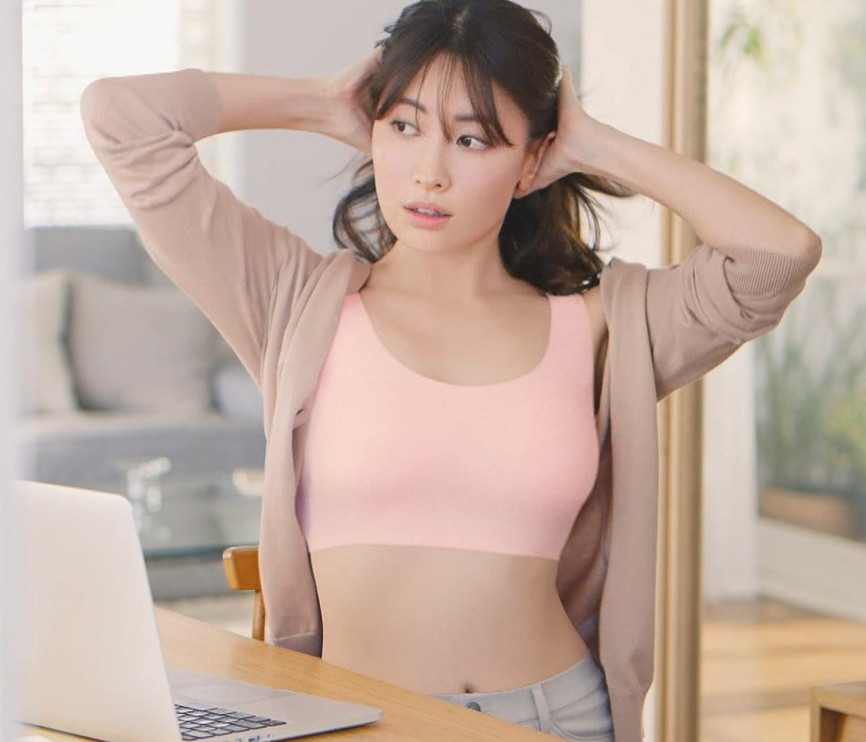 小嶋陽菜 エロ過ぎブラジャーCM ユニクロ「ワイヤレスブラ(リラックス)」キャプ・エロ画像5