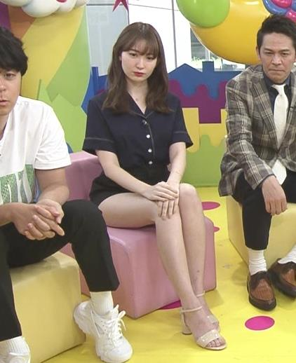 小嶋陽菜 太もも露出しすぎ短パンキャプ・エロ画像2