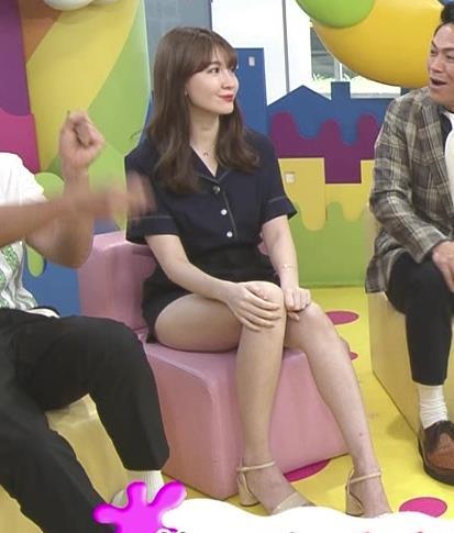 小嶋陽菜 太もも露出しすぎ短パンキャプ・エロ画像10