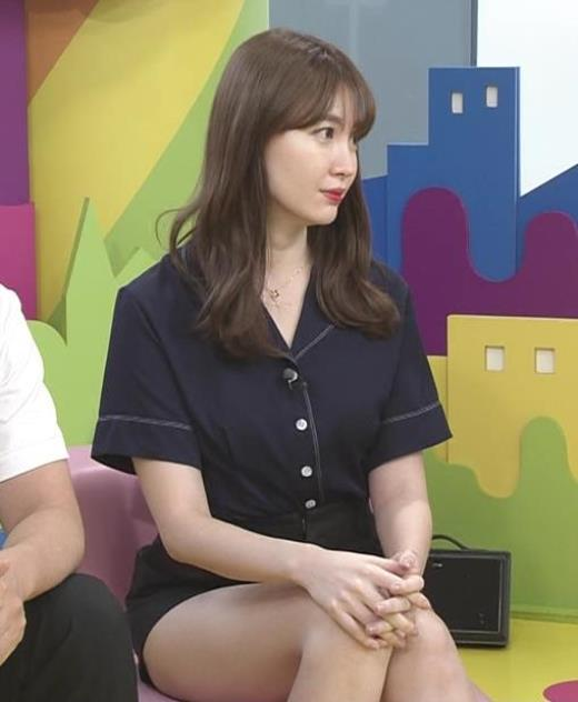 小嶋陽菜 太もも露出しすぎ短パンキャプ画像(エロ・アイコラ画像)