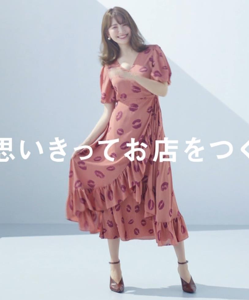 小嶋陽菜 ちょっと胸の谷間を出してるCMキャプ・エロ画像4