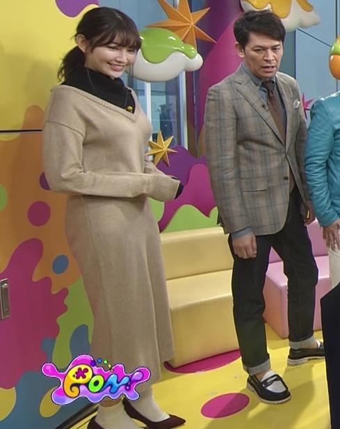 小嶋陽菜 ゆったりした服でもおっぱいがわかるキャプ・エロ画像11