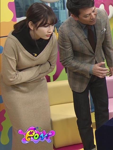 小嶋陽菜 ゆったりした服でもおっぱいがわかるキャプ・エロ画像12