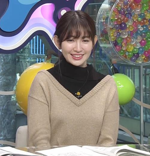 小嶋陽菜 ゆったりした服でもおっぱいがわかるキャプ・エロ画像5