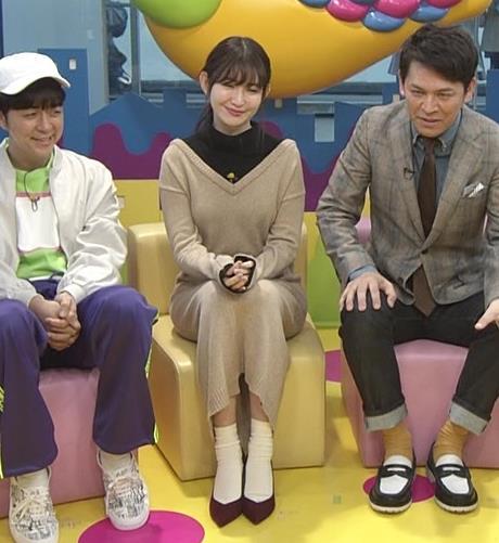 小嶋陽菜 ゆったりした服でもおっぱいがわかるキャプ・エロ画像9