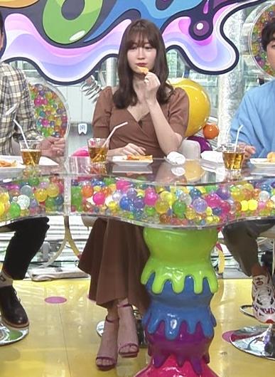 小嶋陽菜 離れ乳?エロ過ぎ胸の谷間!!キャプ・エロ画像5