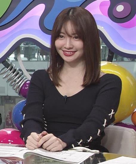 小嶋陽菜 パツパツで胸元が開いたワンピースキャプ・エロ画像2