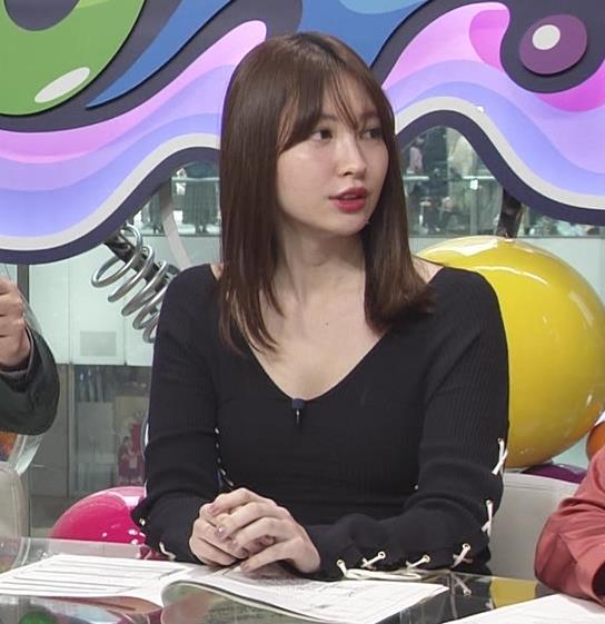 小嶋陽菜 パツパツで胸元が開いたワンピースキャプ・エロ画像3